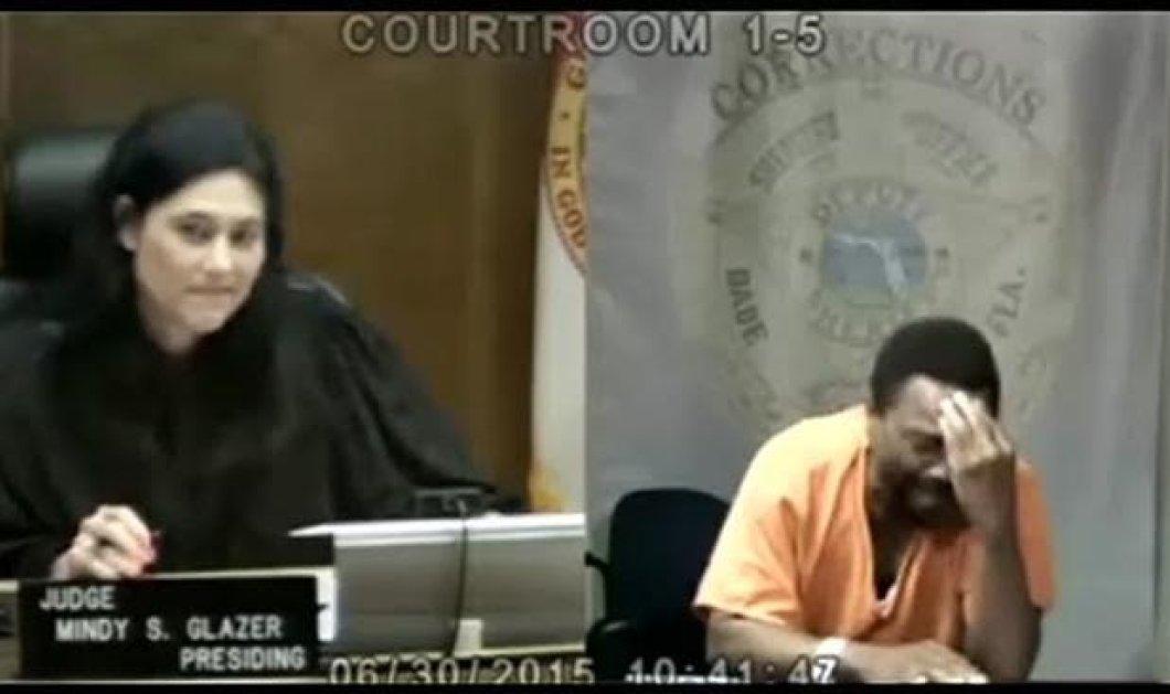 H δικαστίνα ήταν συμμαθήτρια του κατηγορούμενου που ξέσπασε σε κλάματα όταν το κατάλαβε  - Κυρίως Φωτογραφία - Gallery - Video