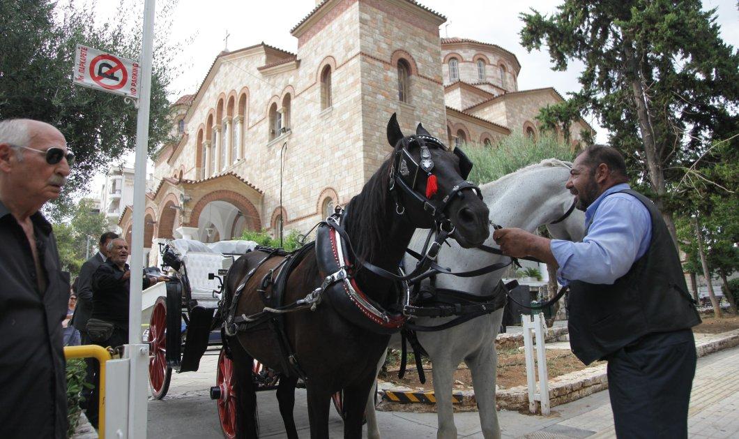 Ένα άσπρο & ένα μαύρο άλογο συνόδευσαν των Κ. Βίρβο στην τελευταία κατοικία του - Πλήθος επωνύμων έσπευσε να τον αποχαιρετήσει - Κυρίως Φωτογραφία - Gallery - Video