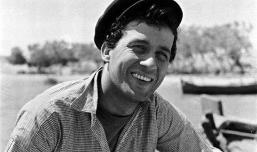 Vintage story: Ο Δημήτρης Παπαμιχαήλ σέρβιρε καφέδες στο καφενείο των γονιών του, απέρριψε υποτροφία στην Αγγλία και έζησε τον βομβαρδισμό του Πειραιά   - Κυρίως Φωτογραφία - Gallery - Video