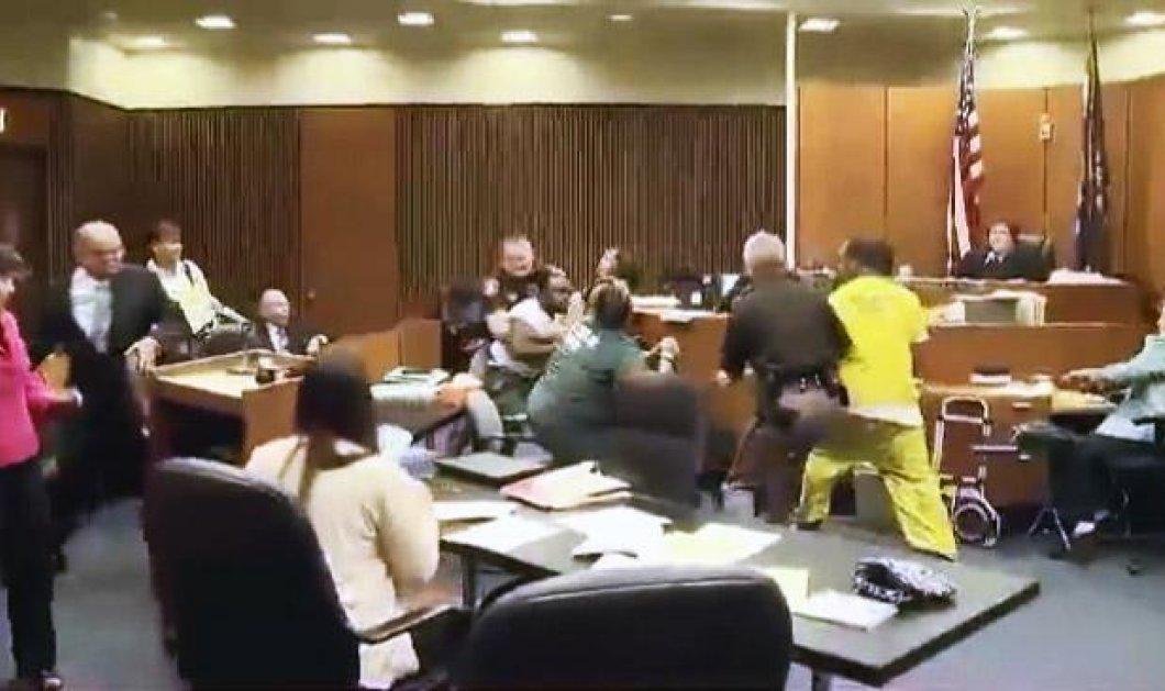 Βίντεο: Πατέρας ορμάει με μπουνιές μέσα στο δικαστήριο στον δολοφόνο της 3χρονης κόρης του     - Κυρίως Φωτογραφία - Gallery - Video