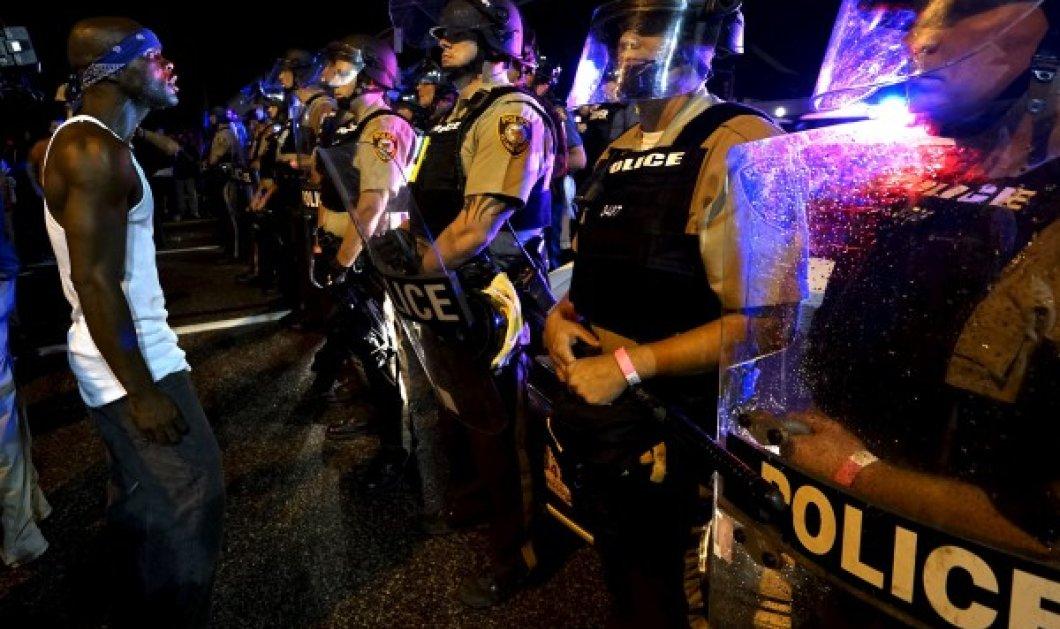 Νύχτα βίας στο Φέργκιουσον των ΗΠΑ - Πυρά σε πορεία στη μνήμη του Μάικλ Μπράουν - Κυρίως Φωτογραφία - Gallery - Video