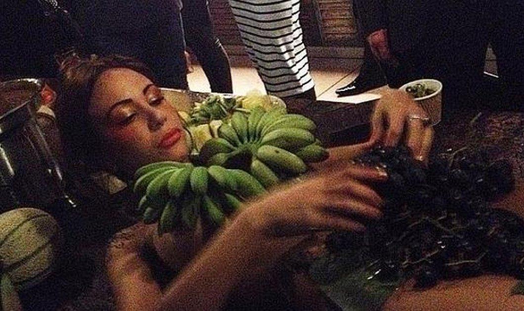 Γυναίκες έγιναν και πιατέλες για φρούτα: Δείτε τις φωτό από το bar & την οργή στα social media - Κυρίως Φωτογραφία - Gallery - Video