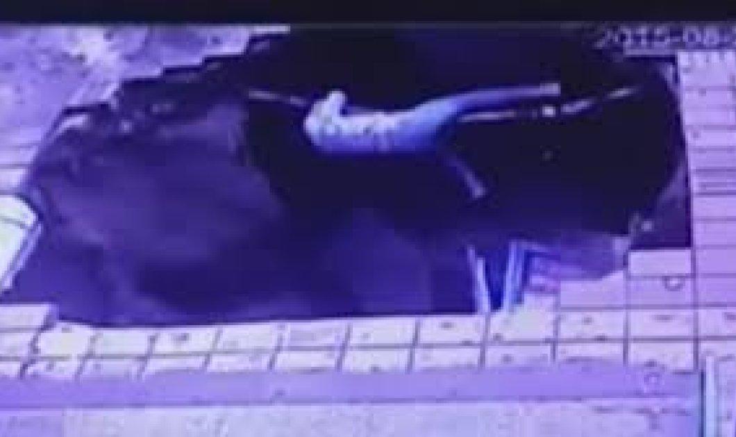 Bίντεο: Άνοιξε το πεζοδρόμιο και κατάπιε 4 ανθρώπους - Βαριά τραυματισμένοι - Πώς επέζησαν;   - Κυρίως Φωτογραφία - Gallery - Video