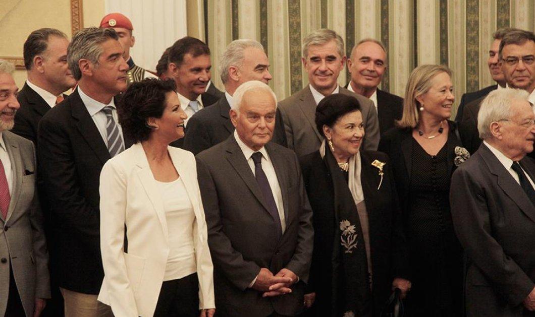 Το styling της ορκωμοσίας: Οι καρφίτσες της Πρωθυπουργού & της Μαρίνας, το λευκό σακάκι της Άλκηστις & η  pochette της Αγγελικής - Κυρίως Φωτογραφία - Gallery - Video