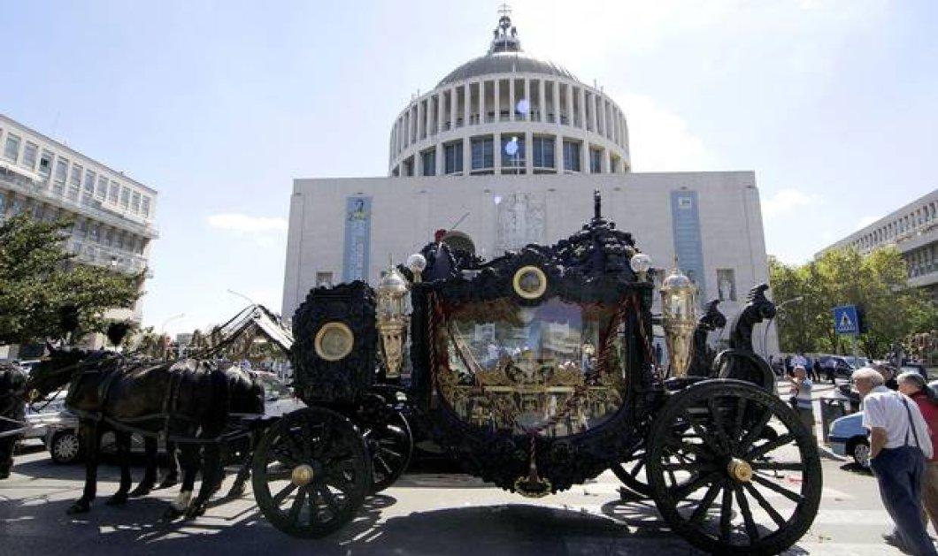 Δείτε φώτο - βίντεο από την χλιδάτη κηδεία αρχιμαφιόζου στην Ιταλία με άμαξες & ροδοπέταλα εξ ουρανού  - Κυρίως Φωτογραφία - Gallery - Video