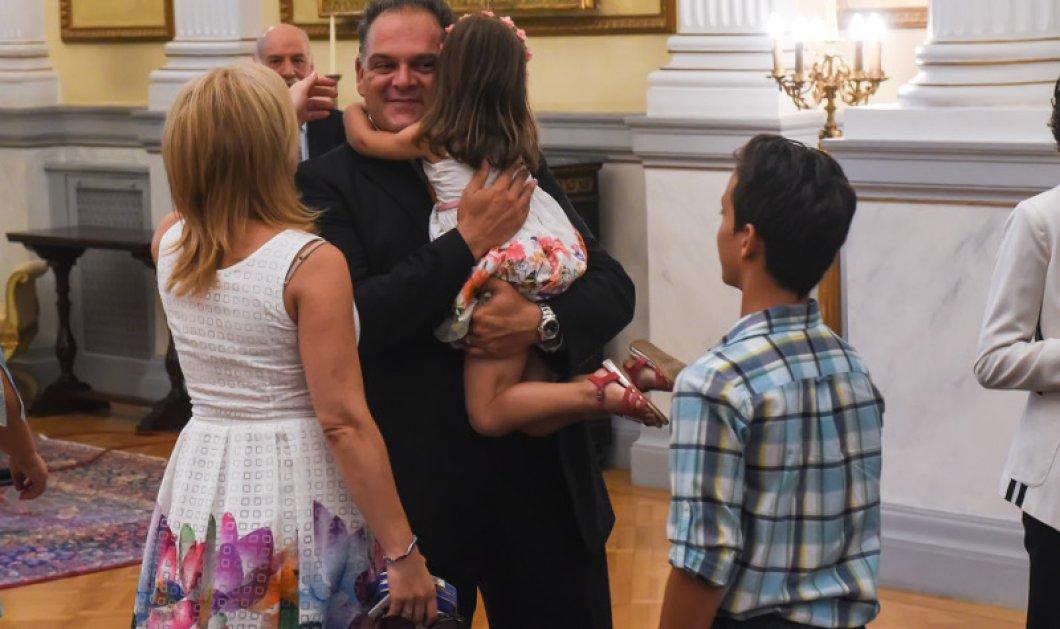 Η μικρούλα που αγκάλιασε σφιχτά τον υπουργό μπαμπά της & έβαλε ίδιο φουστάνι με την μαμά!  - Κυρίως Φωτογραφία - Gallery - Video