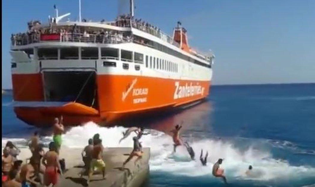 Σίκινος: H Μεγάλη Ανατριχίλα - Δείτε το βίντεο από τον αποχαιρετισμό - υπόκλιση του πλοίου Αδαμάντιος Κοραής στο λιμάνι - Έχει συγκινήσει όλο το Αιγαίο  - Κυρίως Φωτογραφία - Gallery - Video