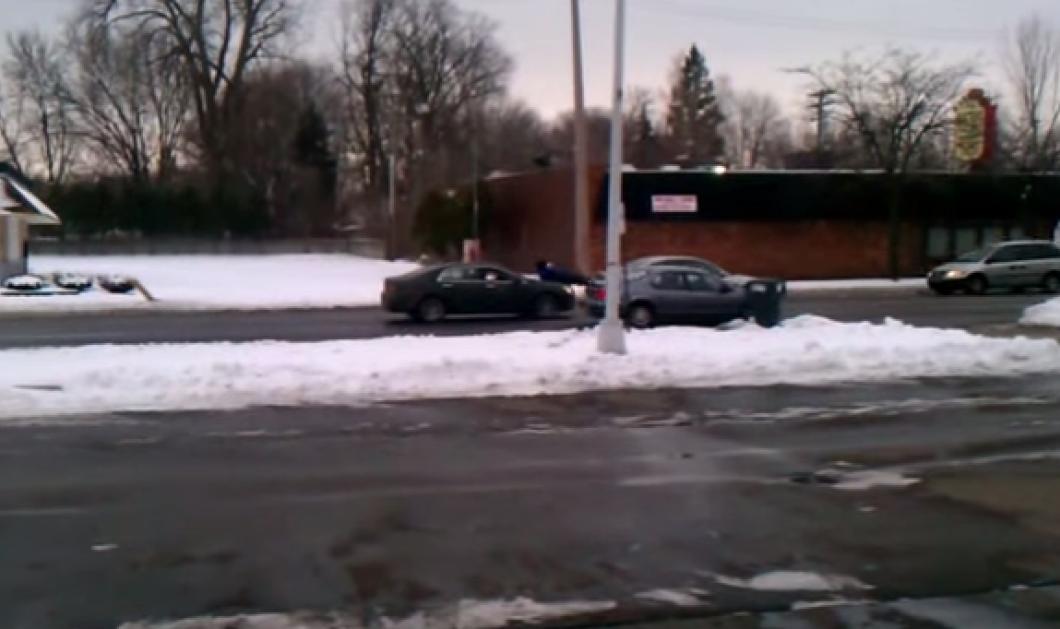 Βίντεο: Να ένας μικρός θεός - Δείτε πώς σπρώχνει το αμάξι του   - Κυρίως Φωτογραφία - Gallery - Video