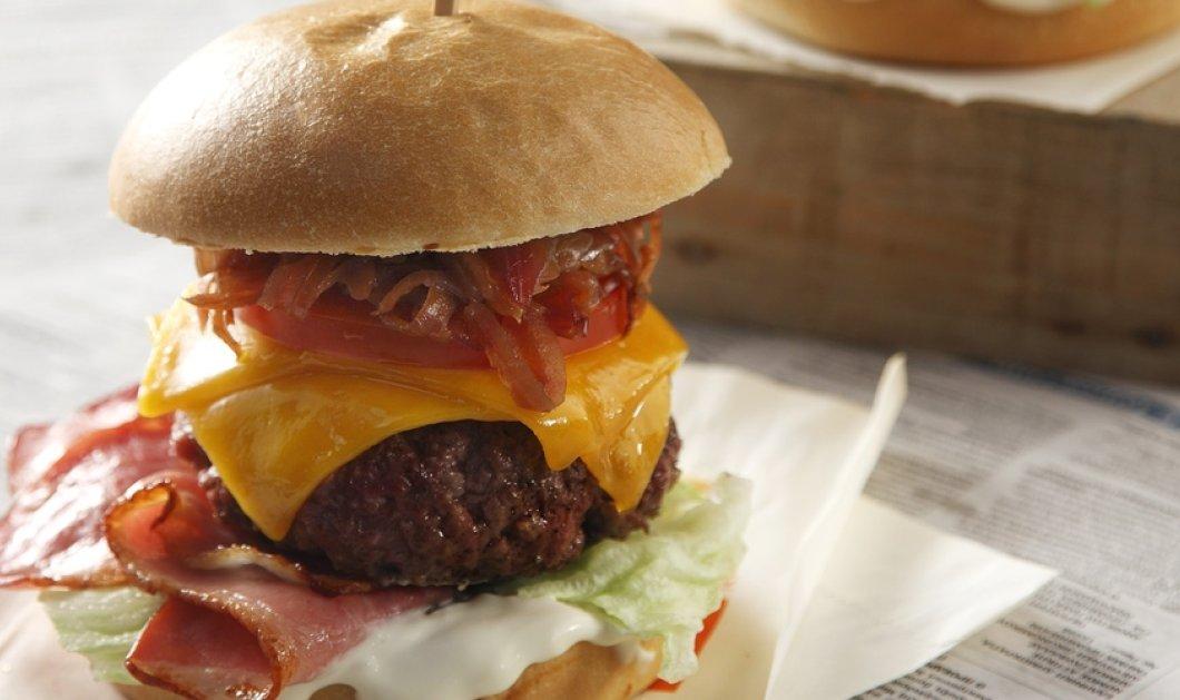 Ο Άκης Πετρετζίκης φτιάχνει το πιο νόστιμο burger που έχετε φάει! Σκέφτεστε τίποτα καλύτερο για μεσημεριανό; - Κυρίως Φωτογραφία - Gallery - Video