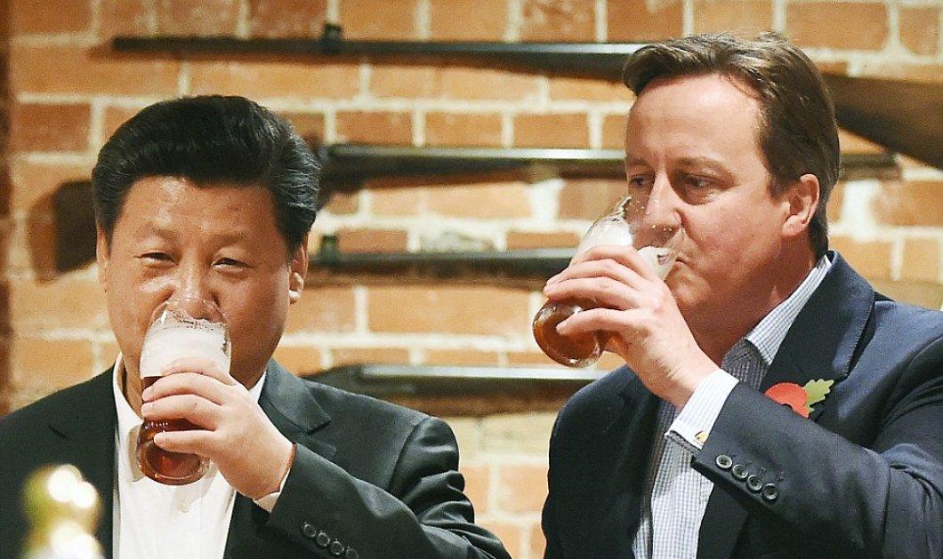 Δείτε την χαλαρή έξοδο χωρίς γραβάτες σε pub του Κάμερον με τον Πρόεδρο της Κίνας - Η πανάκριβη τσάντα δώρο στην πρώτη κυρία - Κυρίως Φωτογραφία - Gallery - Video