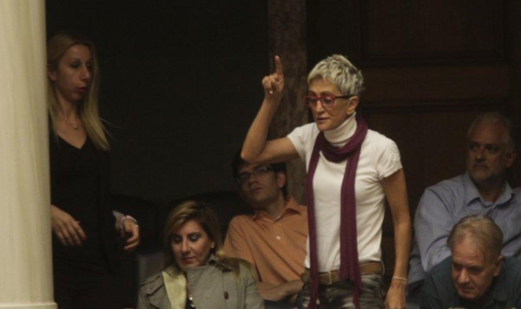 Ακτιβίστρια έκανε άνω κάτω την ομιλία Τσίπρα στη Βουλή: «Ο ελληνικός λαός, ψήφισε ΟΧΙ» φώναξε από τα θεωρεία  - Κυρίως Φωτογραφία - Gallery - Video