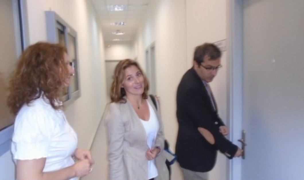 Οι πρώτες φωτό της Μπέτυς Μπαζιάνα από το Παν. Δυτ. Μακεδονίας - Με casual chic look μαγνήτισε τα βλέμματα όλων - Κυρίως Φωτογραφία - Gallery - Video