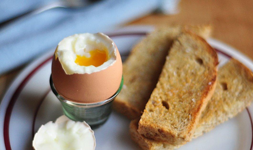 O Άκης Πετρετζίκης μας μαθαίνει πως να πετύχουμε το τέλειο βράσιμο αυγού ! Step by step όλη η τέχνη  - Κυρίως Φωτογραφία - Gallery - Video