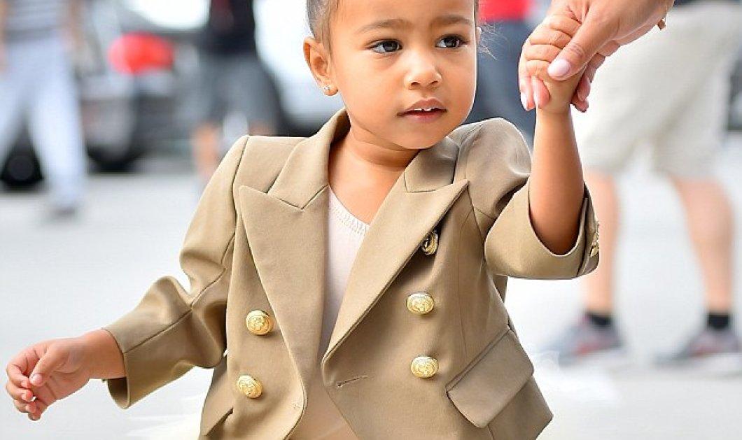 Το καημένο το μωρό North West το  ντύνει η Kιμ Καρντάσιαν με σακάκια Βalmain μεγαλίστικα ίδια με τα δικά της! - Κυρίως Φωτογραφία - Gallery - Video