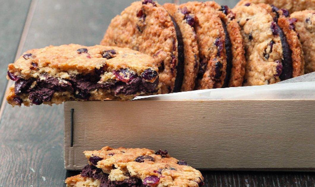 Ο Στέλιος Παρλιάρος απογειώνει το Sunday breakfast: Κούκις με κράνμπερι γεμιστά με σοκολάτα ή pancakes με ανθότυρο & μέλι; - Κυρίως Φωτογραφία - Gallery - Video