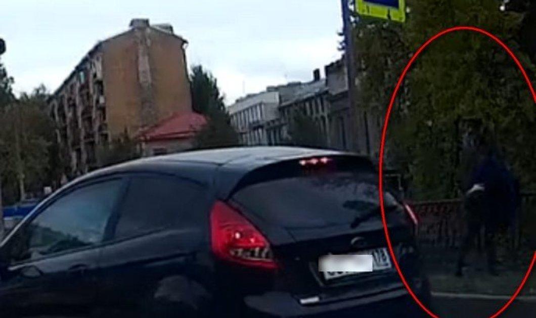 Φρικιαστικό βίντεο: Πέταξε από γέφυρα άνδρα με αναπηρία γιατί ακούμπησε το αυτοκίνητό του - Κυρίως Φωτογραφία - Gallery - Video