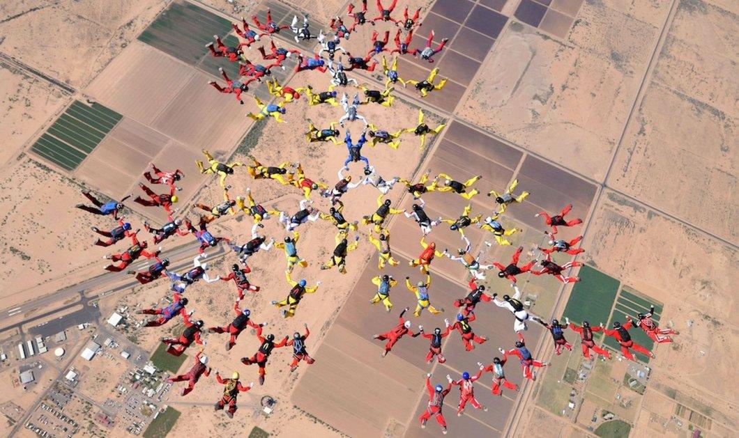 Eκπληκτικό βίντεο: «Βουτιά» για ρεκόρ από 200 αλεξιπτωτιστές - Κυρίως Φωτογραφία - Gallery - Video