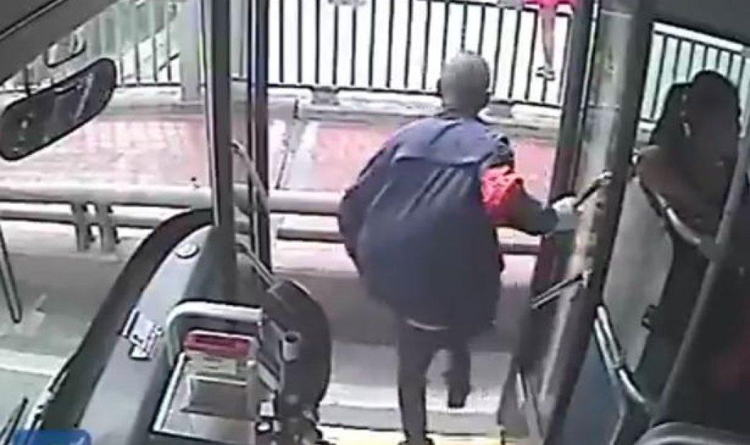 Βίντεο: Η συγκλονιστική στιγμή που οδηγός λεωφορείου σώζει γυναίκα λίγο πριν αυτοκτονήσει - Κυρίως Φωτογραφία - Gallery - Video