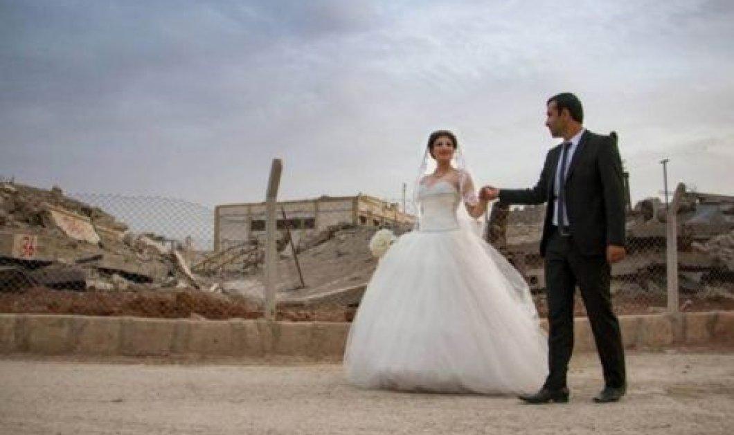 Μέσα από τα ερείπια του Κομπάνι, ζευγάρι ερωτεύτηκε παντρεύτηκε & γεννά την ελπίδα για το αύριο - Κυρίως Φωτογραφία - Gallery - Video