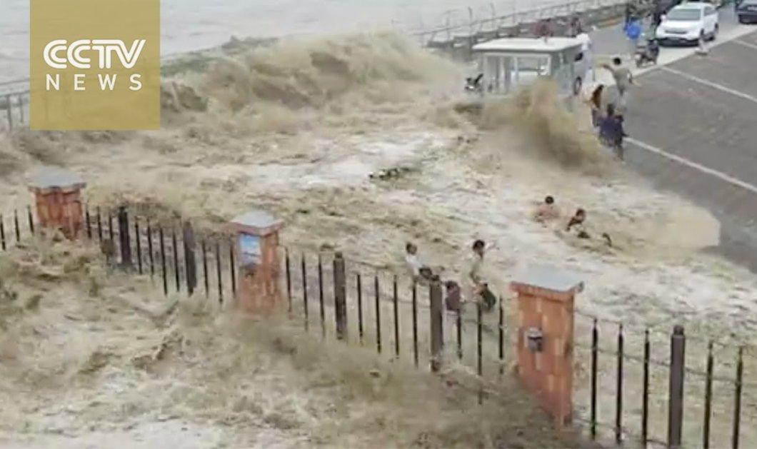 Βίντεο: Η σοκαριστική στιγμή με τα ορμητικά κύματα να «καταπίνουν» 20 ανθρώπους - Κυρίως Φωτογραφία - Gallery - Video