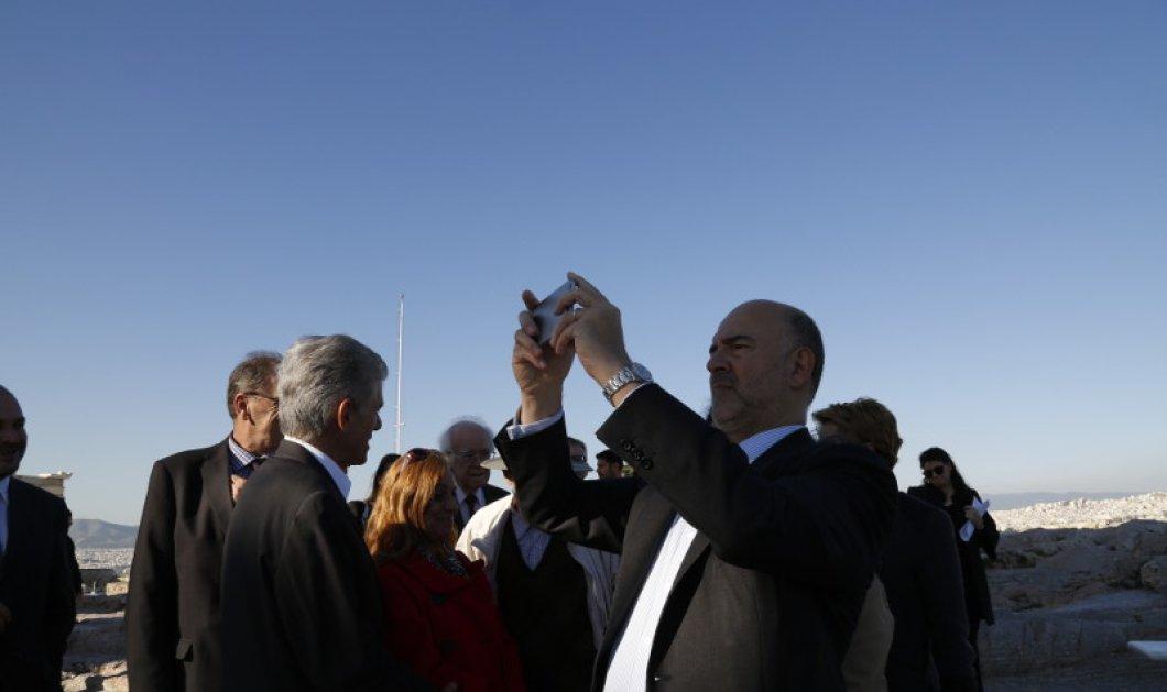 Ο Πιερ Μοσκοβισί έβγαλε selfie στην Ακρόπολη & άκουσε με προσοχή τον Μανόλη Κορρέ- Φώτο  - Κυρίως Φωτογραφία - Gallery - Video