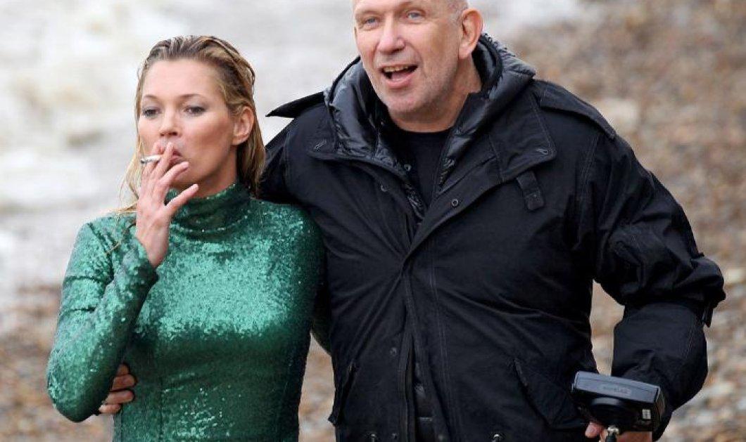 Τι έπαθε η Κέιτ Μoς και βγαίνει από τη θάλασσα μεθυσμένη, με τσιγάρο στο στόμα & σαμπάνια; - Κυρίως Φωτογραφία - Gallery - Video