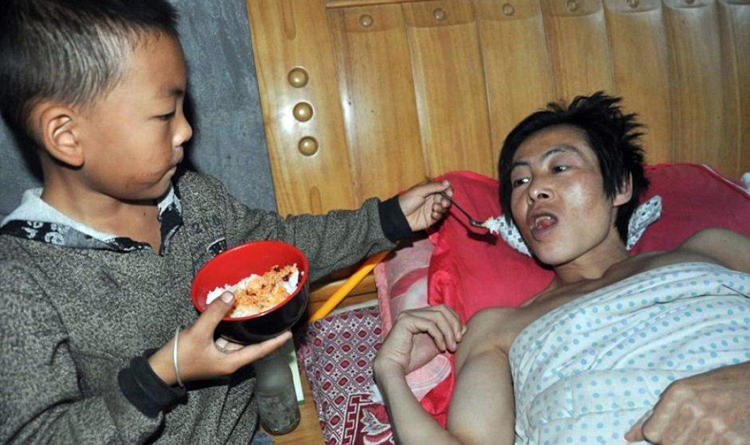 Story of the day: Ο 7χρονος Ou συγκινεί με την δύναμη ψυχής του - Φροντίζει ολομόναχος τον παράλυτο πατέρα του - Κυρίως Φωτογραφία - Gallery - Video