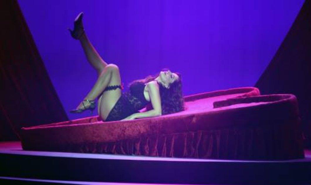 Η Κατερίνα Παπουτσάκη με μαύρο δαντέλα-κορμάκι, καλτσοδέτα  κάνει σπαγγάτο στη σκηνή & να τα χειροκροτήματα - Κυρίως Φωτογραφία - Gallery - Video