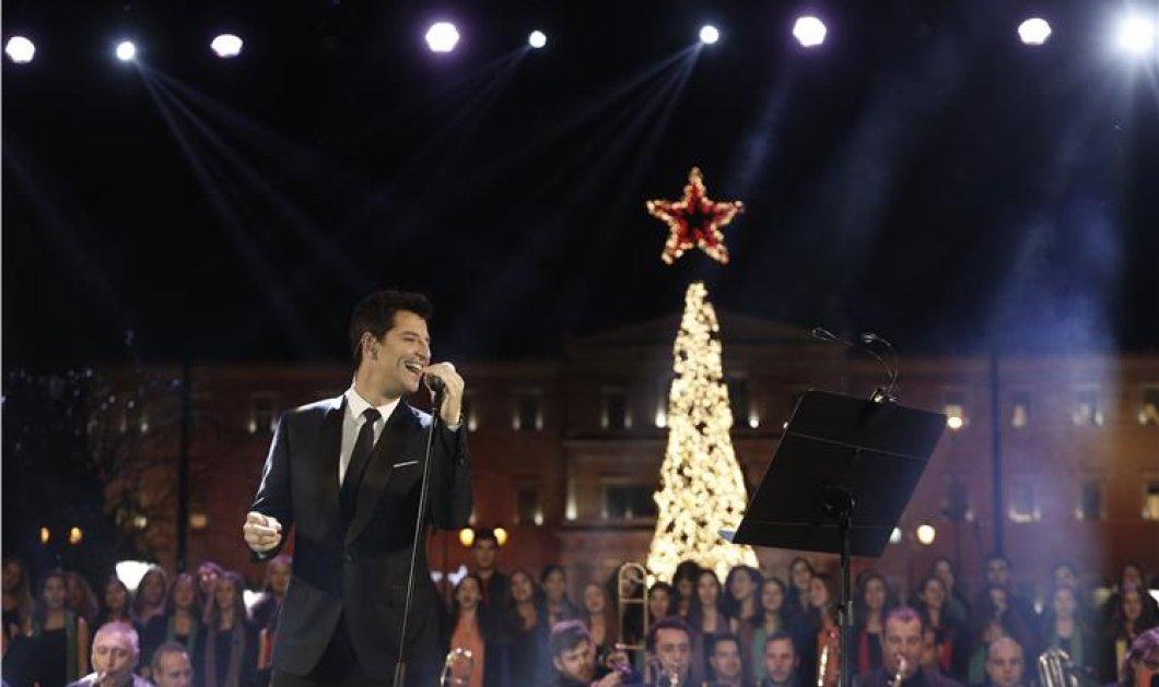 """Δείτε τις πρώτες φωτό με τον Σάκη Ρουβά να ανάβει το δέντρο της Αθήνας και να τραγουδά """"Feliz Navidad"""" - Κυρίως Φωτογραφία - Gallery - Video"""