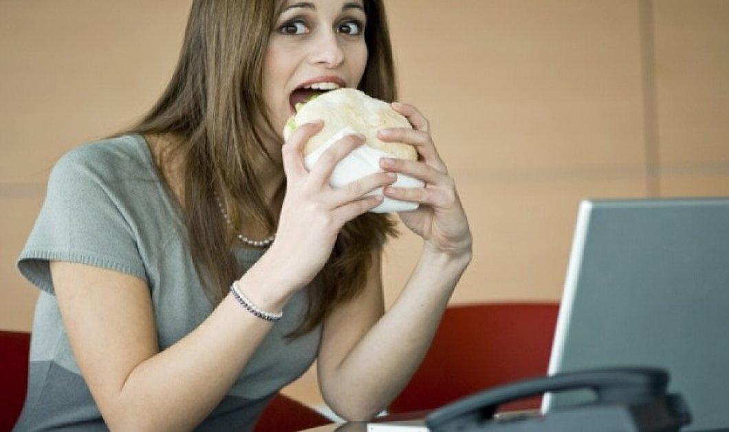 Ας γελάσουμε λίγο με τα 7 πράγματα που κάνουν οι γυναίκες κρυφά στο γραφείο  - Κυρίως Φωτογραφία - Gallery - Video