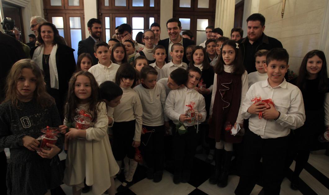 Δείτε τον Αλέξη Τσίπρα που μοίρασε δώρα σε παιδιά - ΦΩΤΟ  - Κυρίως Φωτογραφία - Gallery - Video