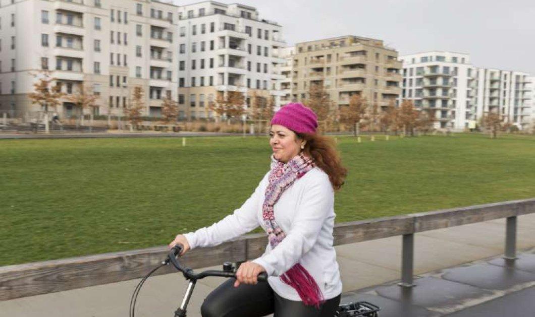 Η 27χρονη Shiraz είναι μια προσφυγοπούλα που κάνει για πρώτη φορά ποδήλατο - Κυρίως Φωτογραφία - Gallery - Video