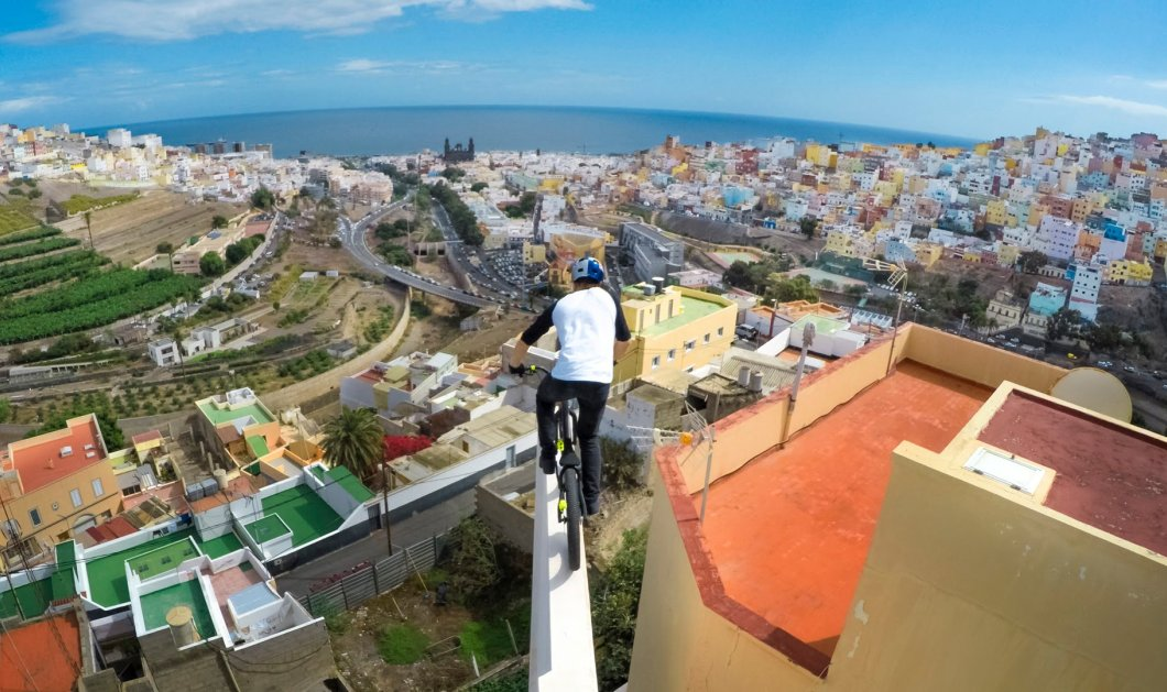 Με ρίσκο τη ζωή του κάνει ποδήλατο πάνω στις στέγες σπιτιών (Βίντεο)- δείτε τον απίστευτο τύπο - Κυρίως Φωτογραφία - Gallery - Video