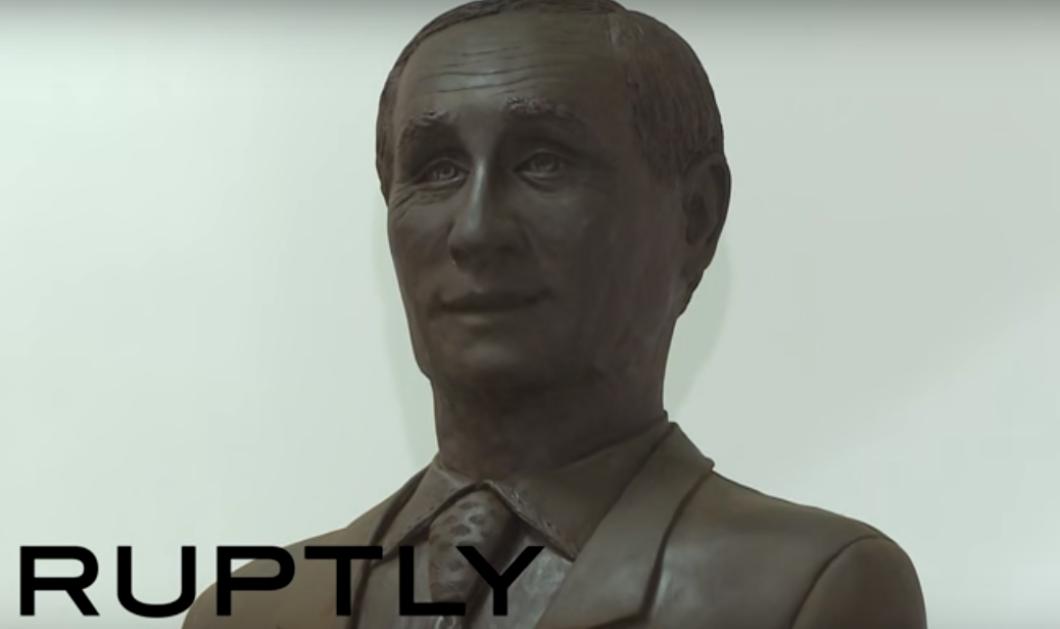 Tον γλείφουν; Έφτιαξαν άγαλμα του Πούτιν από σοκολάτα - Βίντεο - Κυρίως Φωτογραφία - Gallery - Video