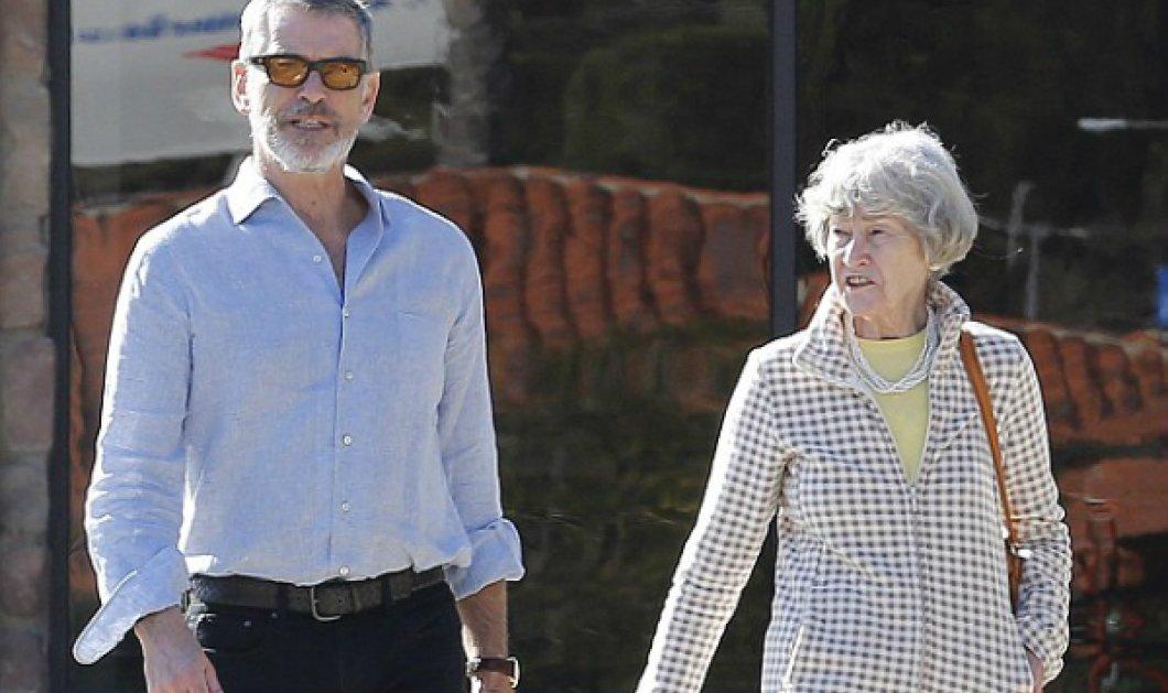 Ο Πιρς Μπρόσναν δεν βάφει πια τα μαλλιά του! Ο 62χρονος γκριζομάλλης βγήκε βόλτα με την 81χρονη μαμά του!  - Κυρίως Φωτογραφία - Gallery - Video