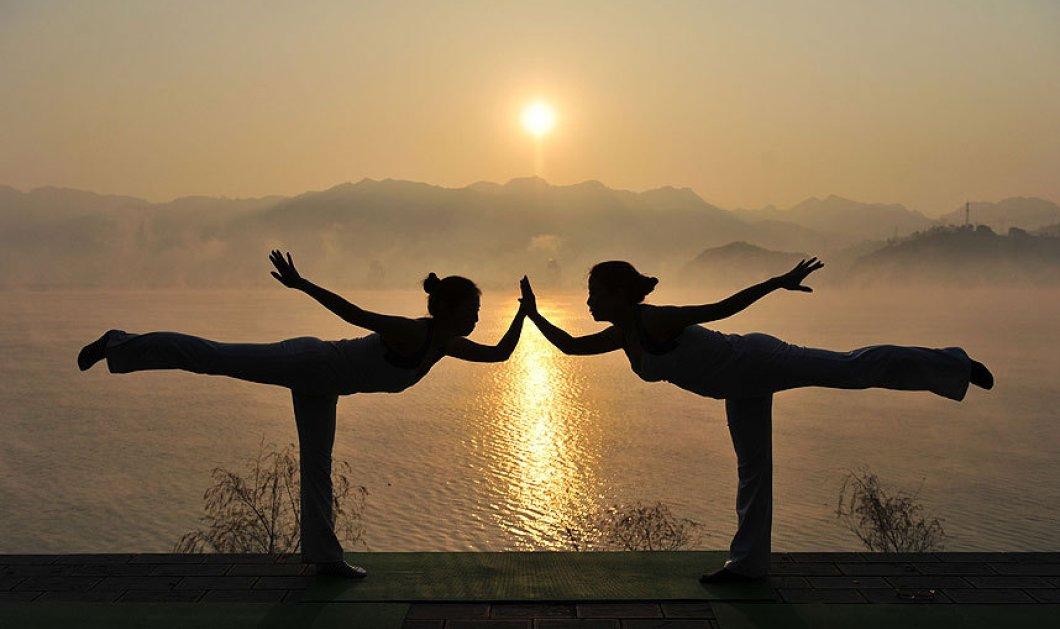 Στιγμή απόλυτης ισορροπίας λίγο πριν εκπνεύσει ο χρόνος - Γιόγκα με φόντο την ανατολή  - Κυρίως Φωτογραφία - Gallery - Video