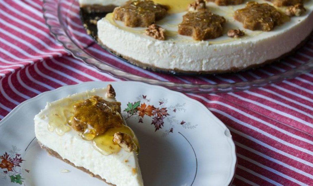 Άκρως πρωτότυπο και πεντανόστιμο cheesecake από τον Άκη Πετρετζίκη - Με βάση από μελομακάρονα! - Κυρίως Φωτογραφία - Gallery - Video