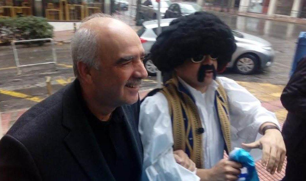 Παρέα με τον τσολιά της Ελληνοφρένειας εμφανίστηκε ο Μεϊμαράκης στο ΕΒΕΑ - Κυρίως Φωτογραφία - Gallery - Video