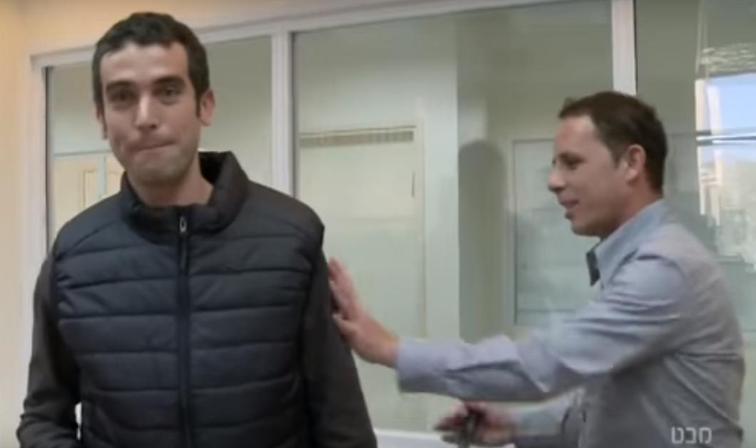 Φωτό - βίντεο: Ισραηλινός ρεπόρτερ μαχαιρώνεται κατά λάθος σε τηλεοπτική επίδειξη για την ασφάλεια αλεξίσφαιρου γιλέκου!  - Κυρίως Φωτογραφία - Gallery - Video