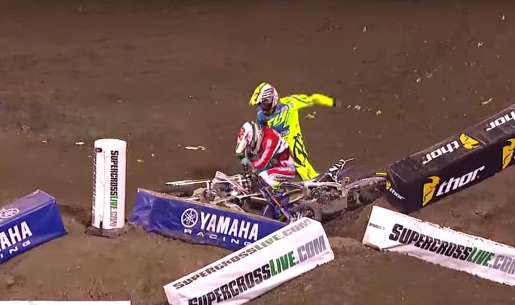 Βίντεο: Τον έριξε από τη μηχανή σε αγώνα Supercross και εκείνος τον άρχισε στις μπουνιές  - Κυρίως Φωτογραφία - Gallery - Video