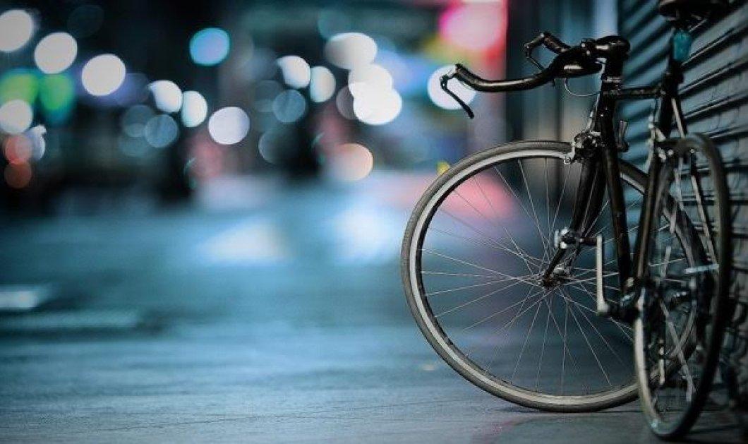 Ο Μάνος Χαραλαμπάκης & οι φίλοι του πήγαν μ' ένα «σπαστό» ποδήλατο και στο σινεμά!   - Κυρίως Φωτογραφία - Gallery - Video