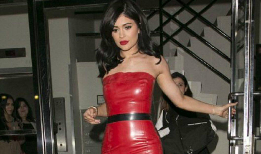 Kylie Jenner: Η μικρή αδερφή της Κιμ Καρντάσιαν στα χνάρια της - Με θεόστενο κόκκινο latex φόρεμα - Κυρίως Φωτογραφία - Gallery - Video