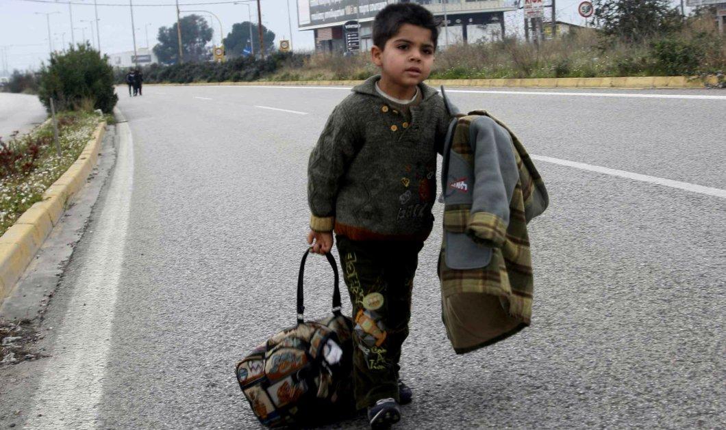 Λαμία: Εγκλωβισμένοι πρόσφυγες ξεκίνησαν με τα πόδια για τα Ελληνοσκοπιανά σύνορα - Θα περπατήσουν 450 χιλιόμετρα! - Κυρίως Φωτογραφία - Gallery - Video