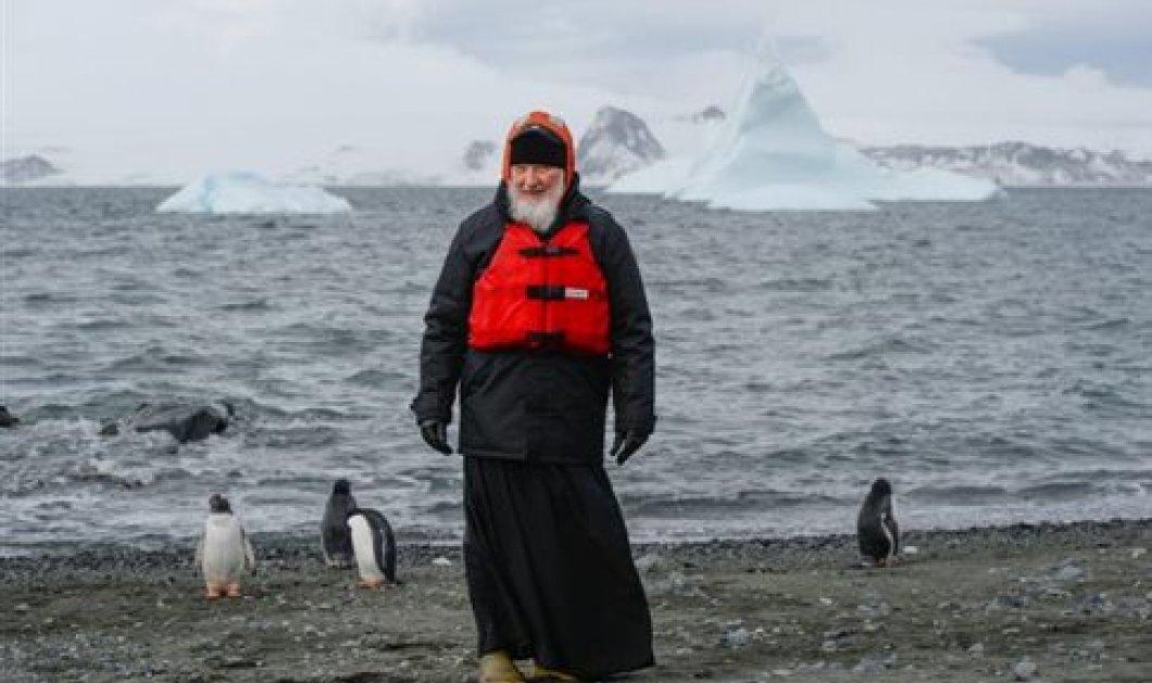 Ο πανευτυχής Ρώσος πατριάρχης Κύριλλος ποζάρει παρέα με τους πιγκουίνους στην Ανταρκτική - Κυρίως Φωτογραφία - Gallery - Video