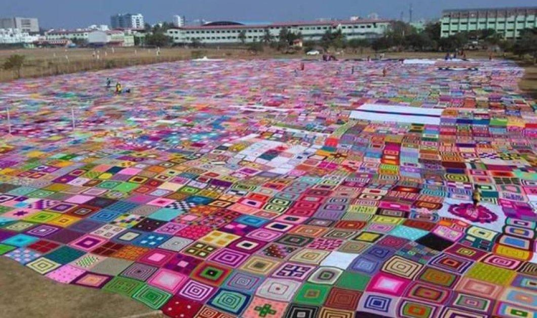 """2.500 γυναίκες  συγκεντρώθηκαν μέσω Facebook και δημιούργησαν την μεγαλύτερη """"κουβέρτα"""" του κόσμου - Κυρίως Φωτογραφία - Gallery - Video"""