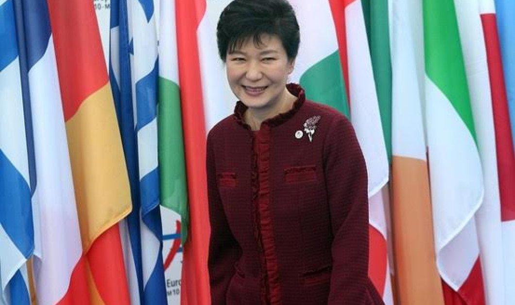 Έξαλλες οι Βόρειο-κορεάτικες εφημερίδες με την πρόεδρο της Ν. Κορέας: «Πιο χαζή κι από τους χαζούς» & «Θεότρελη σκύλα»  - Κυρίως Φωτογραφία - Gallery - Video