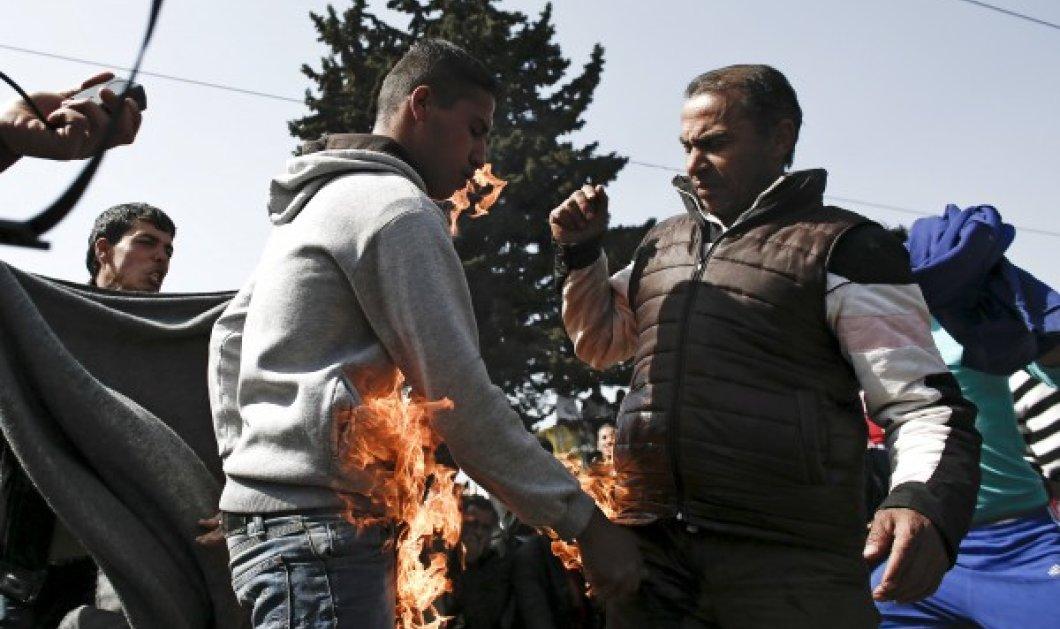 Εικόνες που συγκλονίζουν από την Ειδομένη - Απελπισμένοι πρόσφυγες προσπαθούν να αυτοπυρποληθούν - Κυρίως Φωτογραφία - Gallery - Video