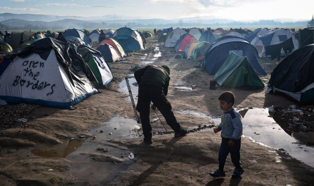 Ατελείωτο το δράμα στην Ειδομένη -  13.000 πρόσφυγες μέσα στα λασπόνερα – 1.000 ακόμα στον Πειραιά - Κυρίως Φωτογραφία - Gallery - Video