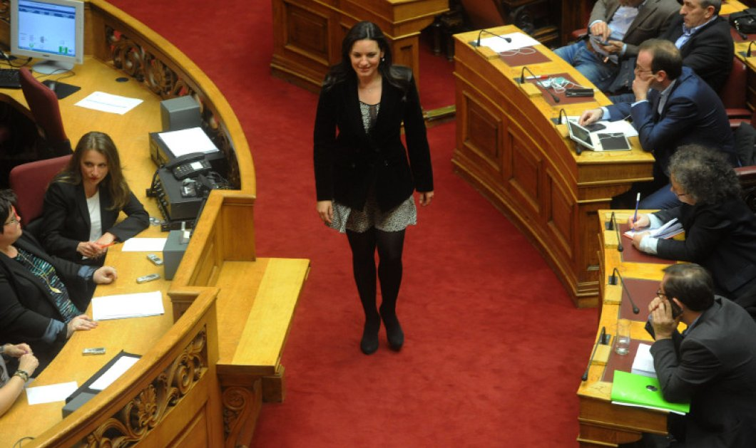 To κλος σούπερ μίνι της Όλγας Κεφαλογιάννη χθες στη Βουλή είχε και διαφάνεια στο μπούστο    - Κυρίως Φωτογραφία - Gallery - Video