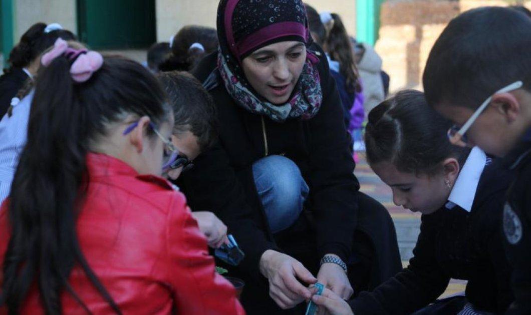 Τοp Woman η Χανάν Αλ Χρουμπ: Ανακηρύχθηκε καλύτερη δασκάλα του κόσμου - 1 εκ. δολ. θα λάβει η Παλαιστίνια  - Κυρίως Φωτογραφία - Gallery - Video